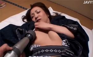 【コスプレ熟女・人妻の動画】就寝中の熟女の浴衣を脱がせて生挿入中出し!夜這いいされてヨガり狂う熟女が色っぽい。