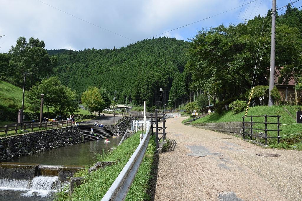 魚のつかみ取りと川遊び みつえ青少年旅行村1