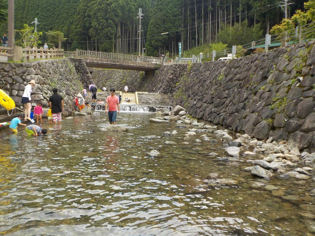 魚のつかみ取りと川遊び みつえ青少年旅行村7