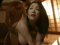 小向美奈子 無理やり3Pをさせられ撮影されてるのに淫らに感じまくり中出しされる爆乳妻