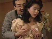 小林ひとみ 息子に知られたくない過去の弱みを握られて胡散臭い男に抱かれる未亡人