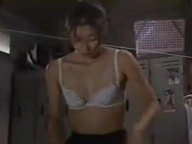 【お宝】水野美紀 美人体育教師が覆面を被った生徒達に抑え込まれてブラ丸出し
