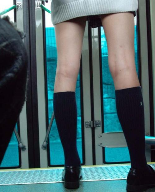 【JK美脚エロ画像】制服女子校生のスカートから露出してる生足がすっげぇ興奮するわwww
