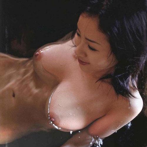 巨乳のおっぱいが湯船にぷかぷか浮かんでる光景が癒される エロ画像