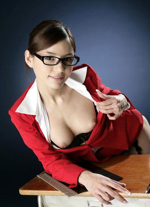 メガネを掛けておっぱい丸出しの女の子に萌える25
