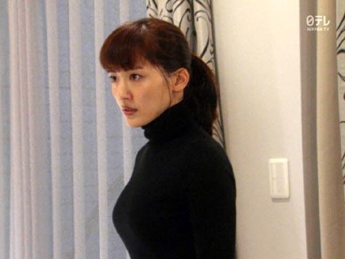 【綾瀬はるかキャプエロ画像】ドラマ『奥様は、取り扱い注意』アクションシーンで黒ニット巨乳が最高www