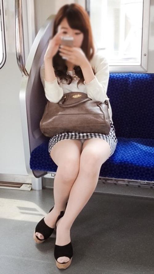 電車内スマホ夢中でパンチラ★エロ画像50枚