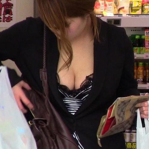 思わずガン見してしまう!街中で乳アピール激しい巨乳娘の胸チラ画像