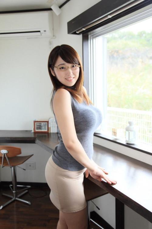 【三次】服を着ていても巨乳を隠し切れない女性のエロ画像