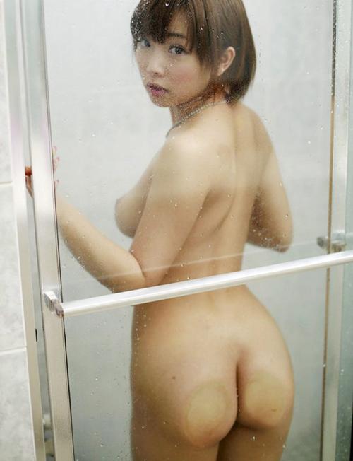 【全裸ヌード娘がガラス密着した割れ目プリ尻が過激】エロ画像25枚