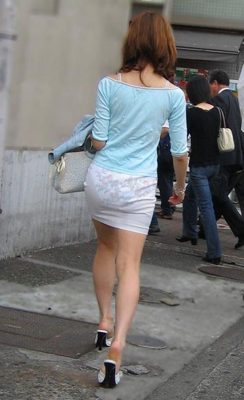 パンツの柄までモロ分かり!柄パンツが透けパン状態の素人お嬢さんwwwww