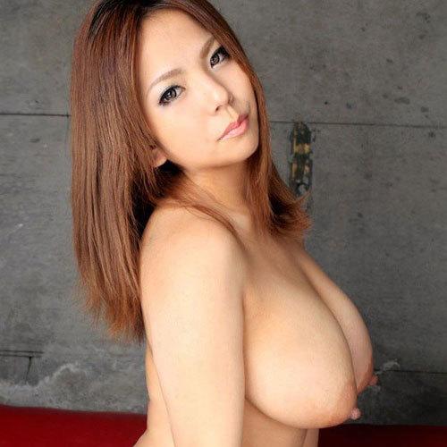 乳房の先がツンと突き出たロケット型美巨乳おっぱいに釘付けなエロ画像