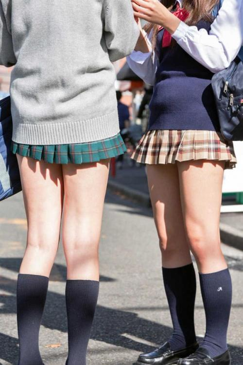 【JKエロ画像】女子校生の制服から伸びるムチムチな太ももや色白な生脚をスリスリしたいwww