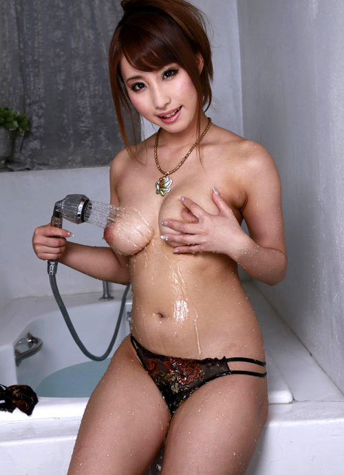 シャワーの水で濡れ濡れのおっぱいがエロ過ぎ9