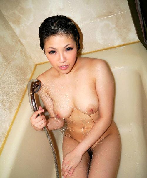 シャワーの水で濡れ濡れのおっぱいがエロ過ぎ17