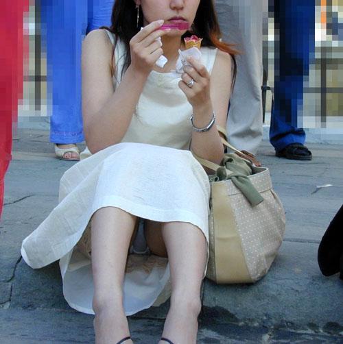 【パンチラエロ画像】しゃがんだら下着が見えるのにスカート履いてる素人女子たちwww
