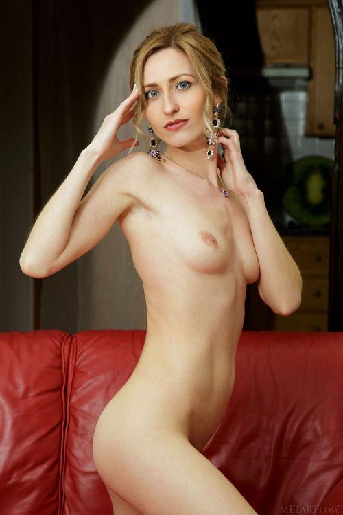この濃いフェロモンはすっかり熟女w透け透けブラの金髪美女がマ○コちらちら見せて誘惑してくるww # 外人エロ画像