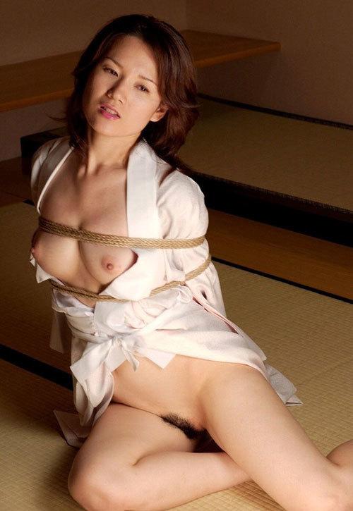 おっぱいを縛り上げられ緊縛調教されるドM嬢8