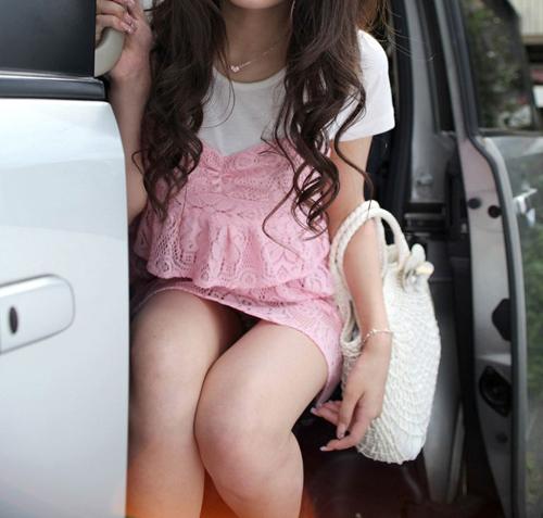 女が車から乗り降りしてる時にパンツ見えちゃってるパンチラ画像wwwww