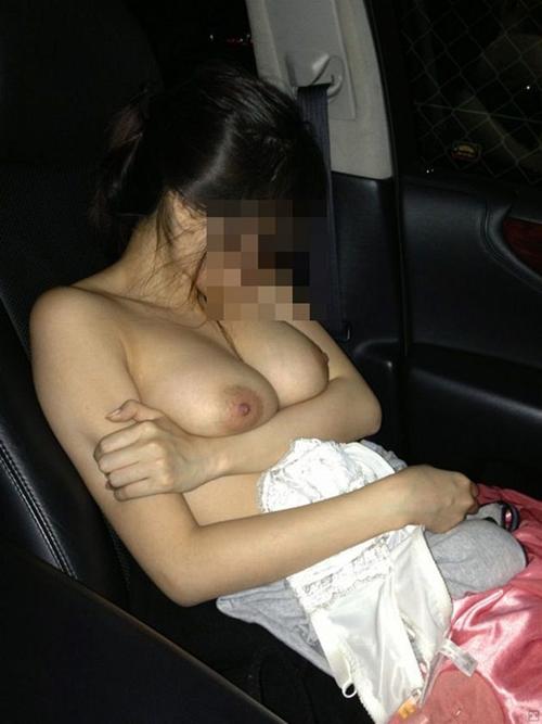 【車内露出】素人さんが彼氏の為に車の中で露出プレイ