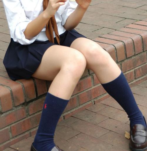 【JKエロ画像】制服ミニスカ女子校生のピチピチでスベスベな太ももに辛抱堪らんwww