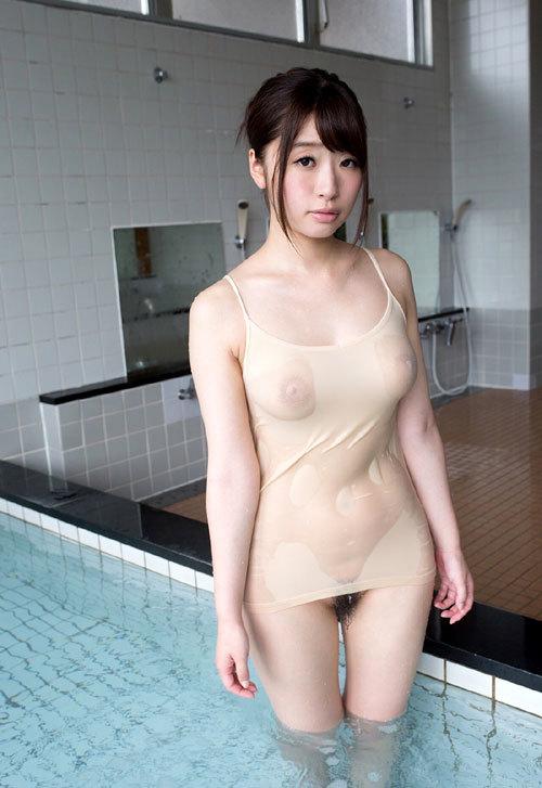 濡れて透け透けで乳首まで見えるおっぱい17