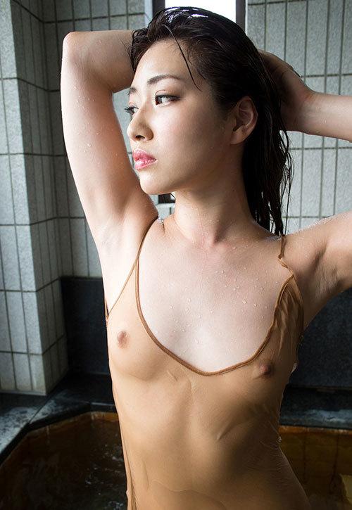 濡れて透け透けで乳首まで見えるおっぱい28