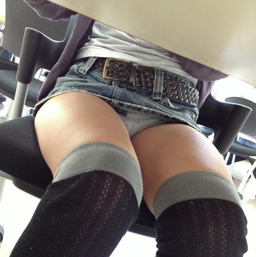 テーブル下で完全に無防備になってる女の下半身!そこを逃さずに撮ったパンチラ画像wwww