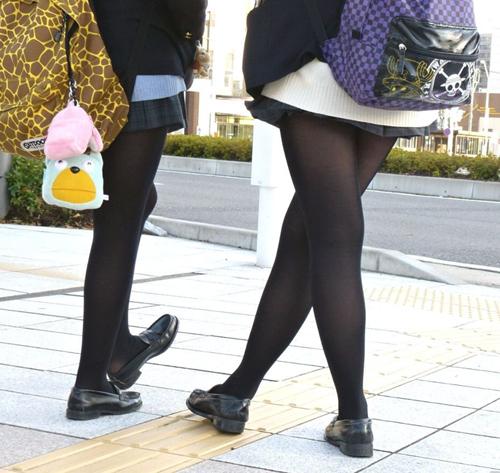 【JKエロ画像】制服女子校生が黒パンストを履くと脚フェチ心をくすぐるなwwwww
