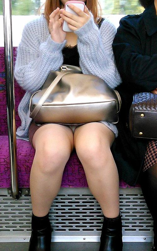 【電車内盗撮エロ画像】こんな可愛いミニスカ女子が居たら、意地でも対面に座りたくなるwww