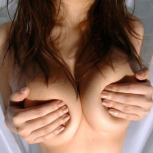 乳房にめり込む女の指先もえろい手ブラ美巨乳お乳に釘付けになるww