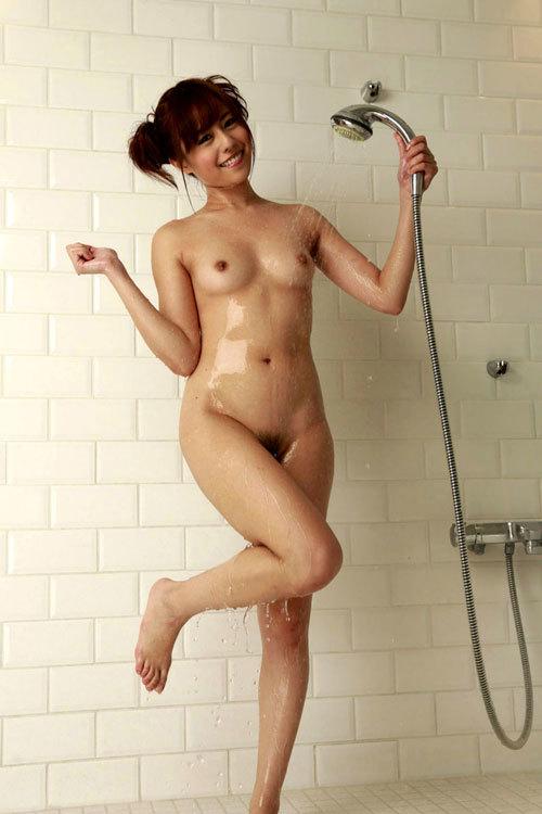 シャワーの水で濡れ濡れのセクシーなおっぱい2