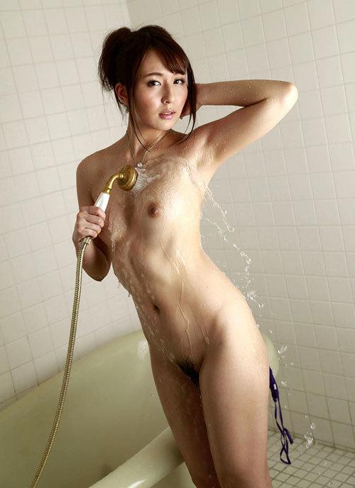 シャワーの水で濡れ濡れのセクシーなおっぱい19