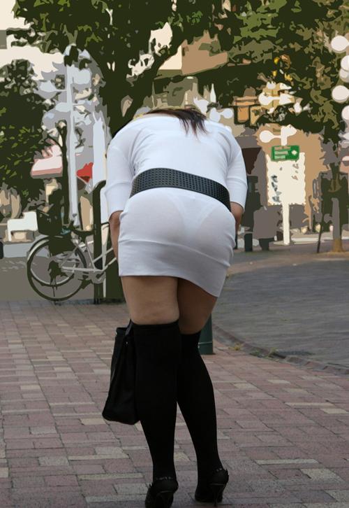 白い服から透けてるパンティのラインに思わずムラムラしちゃうwww(画像30枚)