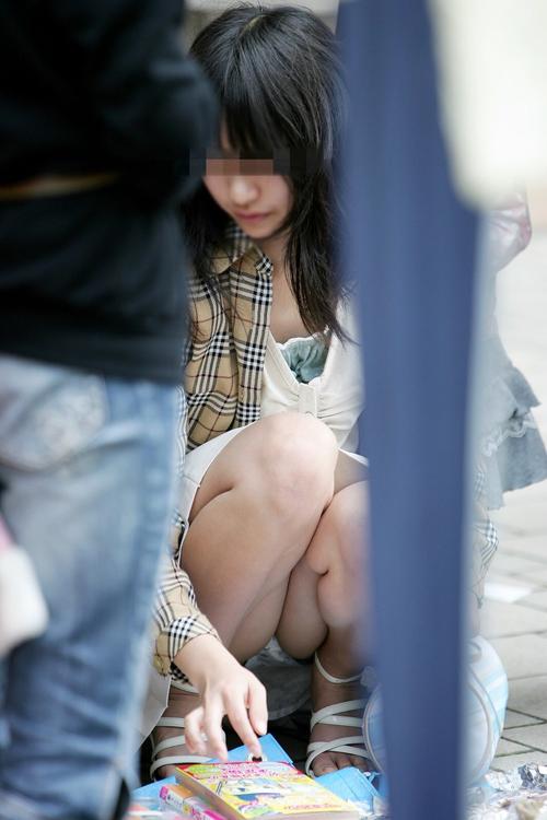 【街撮りパンチラエロ画像】素人お姉さんのスカートからパンツが丸見えで胸を熱くするwww