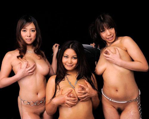 女の子3人ともおっぱい丸出しで興奮しちゃう24