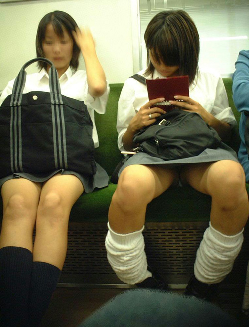 【JK電車内パンチラエロ画像】制服姿の女子校生の生脚、パンティーを凝視しながら隠し撮りwww