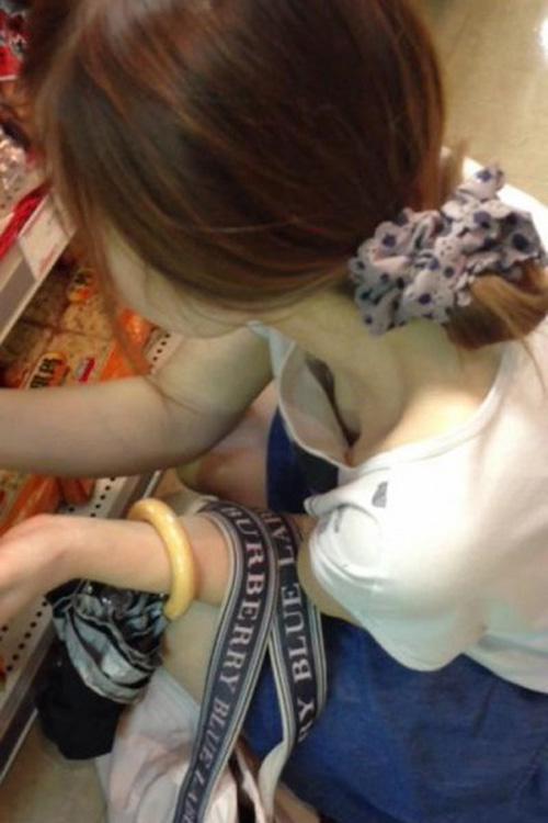 買い物していたエロい女子大生の胸チラ見てみる?