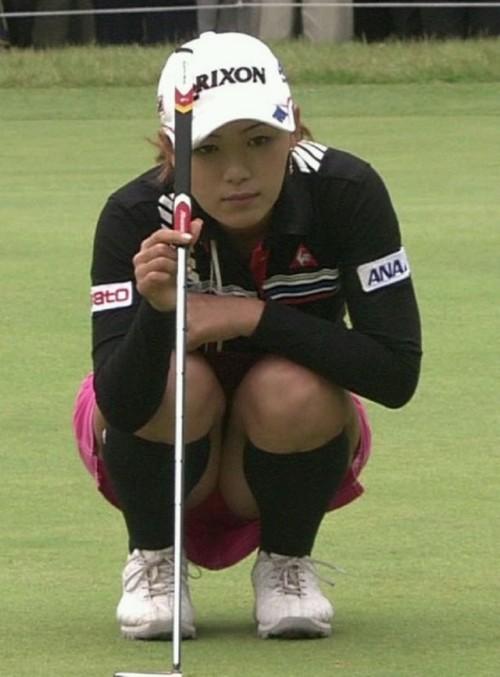 【TVキャプ】女子ゴルファーに男性ファンが期待するのがカップインの後のパンチラwwwwwww