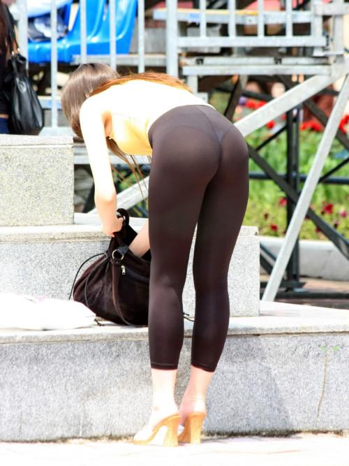 【エロ画像】生地の薄いスパッツからパンツ丸見えな女性達wwwwwwww