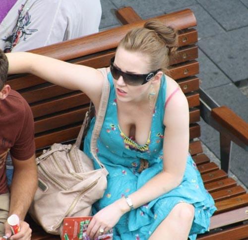 【海外街撮り】スケール別格な外国人素人の胸チラ画像17枚