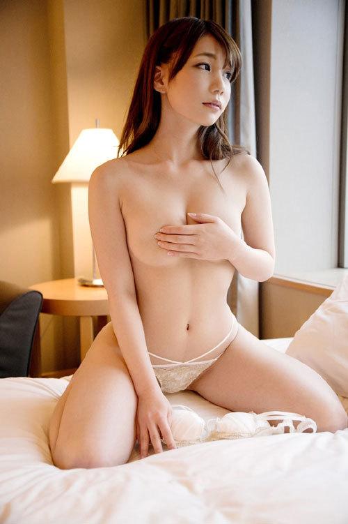手ブラで隠した乳首と乳輪が見たいおっぱい6