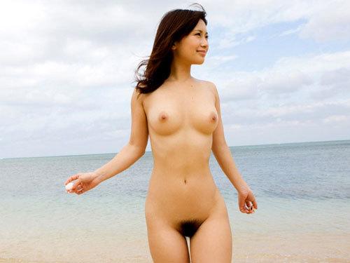 海でおっぱい丸出しのお姉さんを早く見たい♪