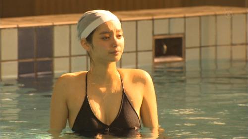 【画像あり】『いつまでも白い羽根』新川優愛(24)のスク水っぽい水着が見れた貴重映像www