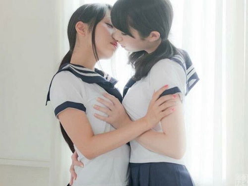 女子2人で舌を絡ませてるディープキス画像