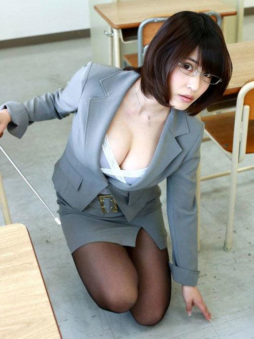 スケベな女教師が授業中におっぱいを丸出し2