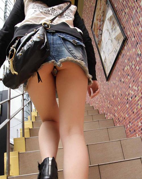 【階段パンチラエロ画像】ローアングルでミニスカ女子の下着を撮影…食い込みにワクワクするwww