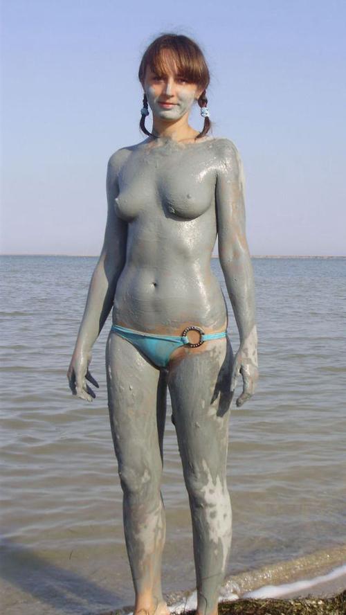 全身泥まみれになった外国人のヌード画像