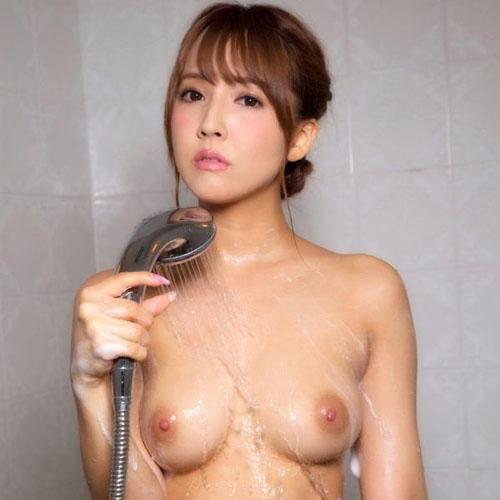 三上悠亜がエッチの前後に体を洗ってる入浴画像