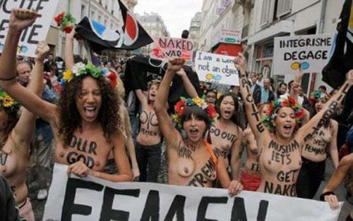 おっぱい丸出しで抗議を行うトップレス抗議集団FEMEN